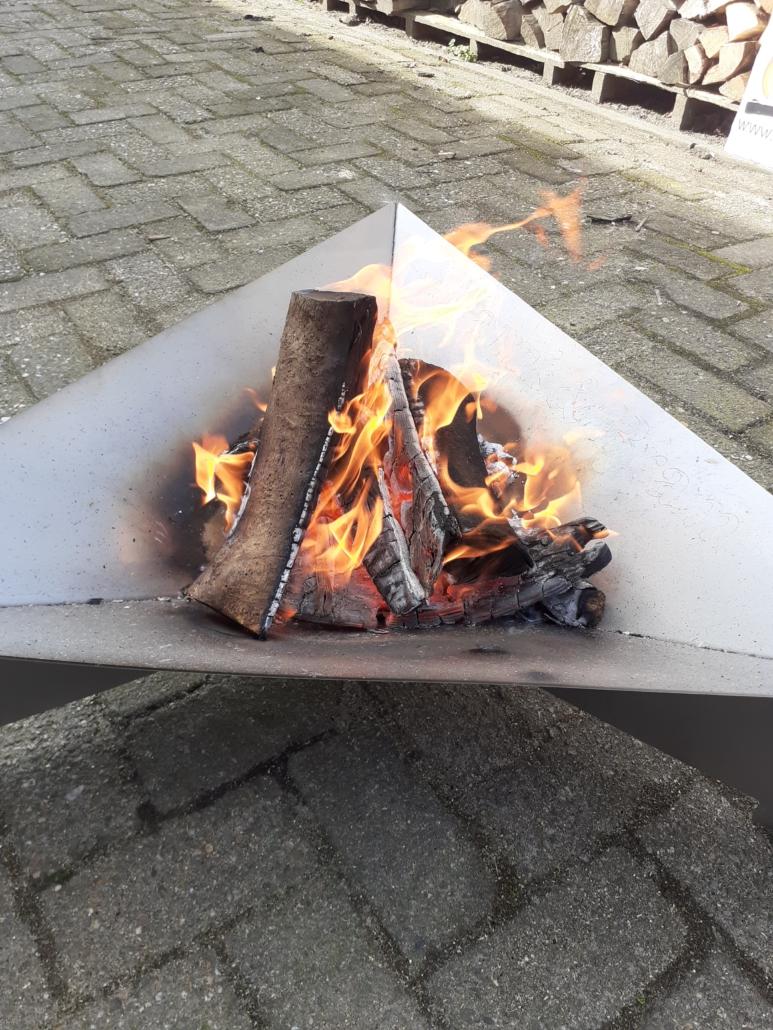 Vuurschaal RVS driehoek brandend hout